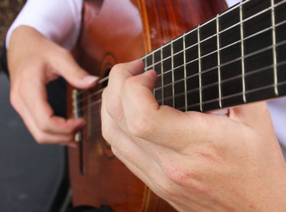 klasik gitar tutuş